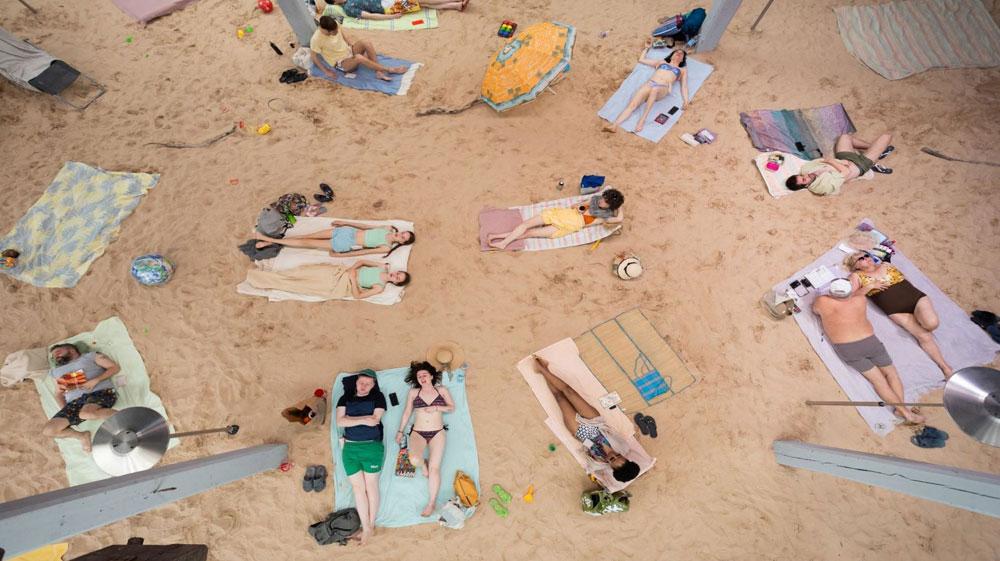 Una spiaggia artificiale con bagnanti in un teatro: l'opera-performance al Teatro Argentina di Roma