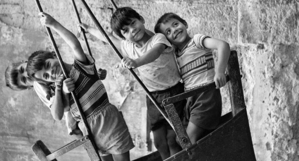 Cinisello Balsamo, la gioia dei bambini in quaranta scatti in mostra in piazzetta