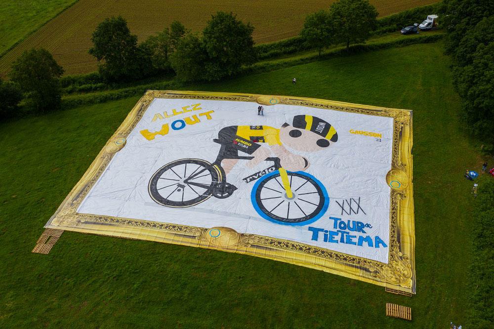 Dipinto da record: youtuber creano la tela più grande del mondo per tifare campione del Tour de France