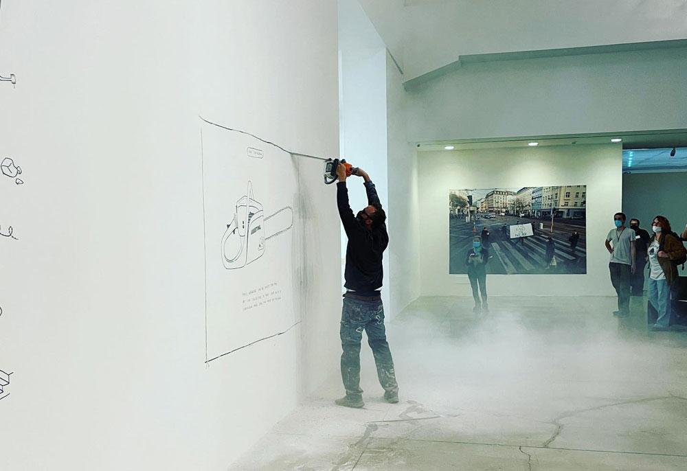 Furto performance al MAMbo: uomo taglia muro con motosega e porta via opera di Aldo Giannotti