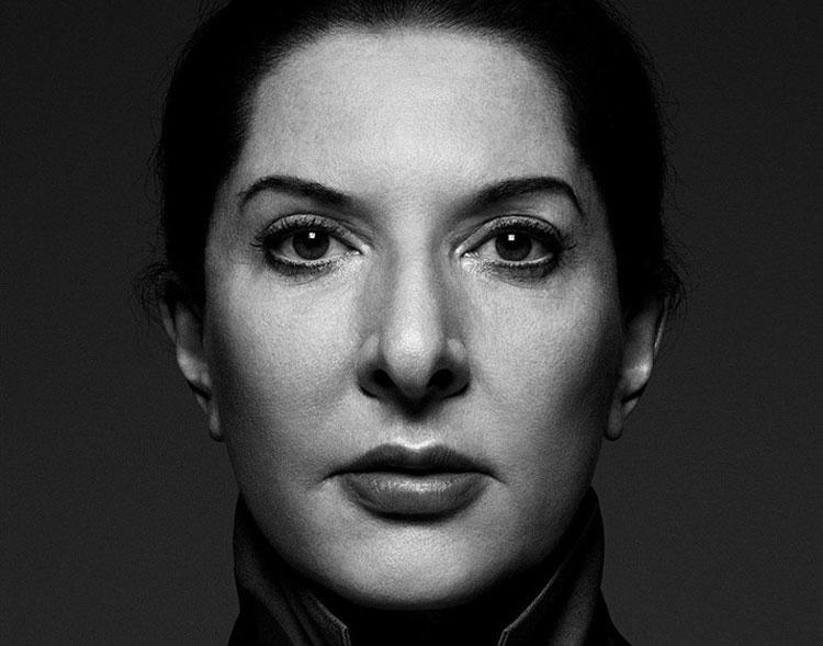 Marina Abramović lancia serie di lezioni online dedicate alla performance in veste di curatrice