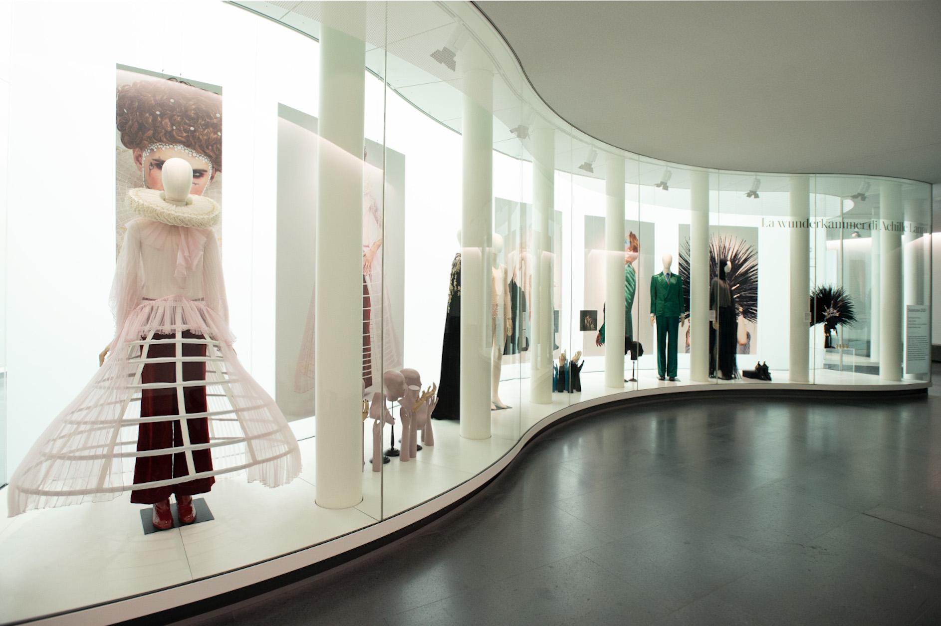 Ecco com'è la mostra di Achille Lauro al Mudec di Milano. Una wunderkammer di 22 metri